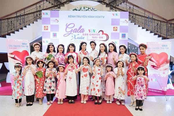 Những hoa hậu, người mẫu, ca sĩ và nhiều người nổi tiếng khác tham gia làm khách mời của chương trình.