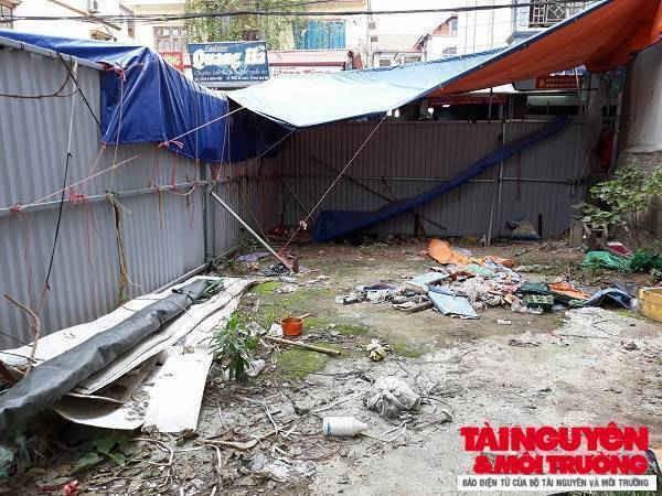 Hiện trạng phần đất của anh em ông Chiến bị UBND xã Ninh Hiệp quây tôn, rào xung quanh.