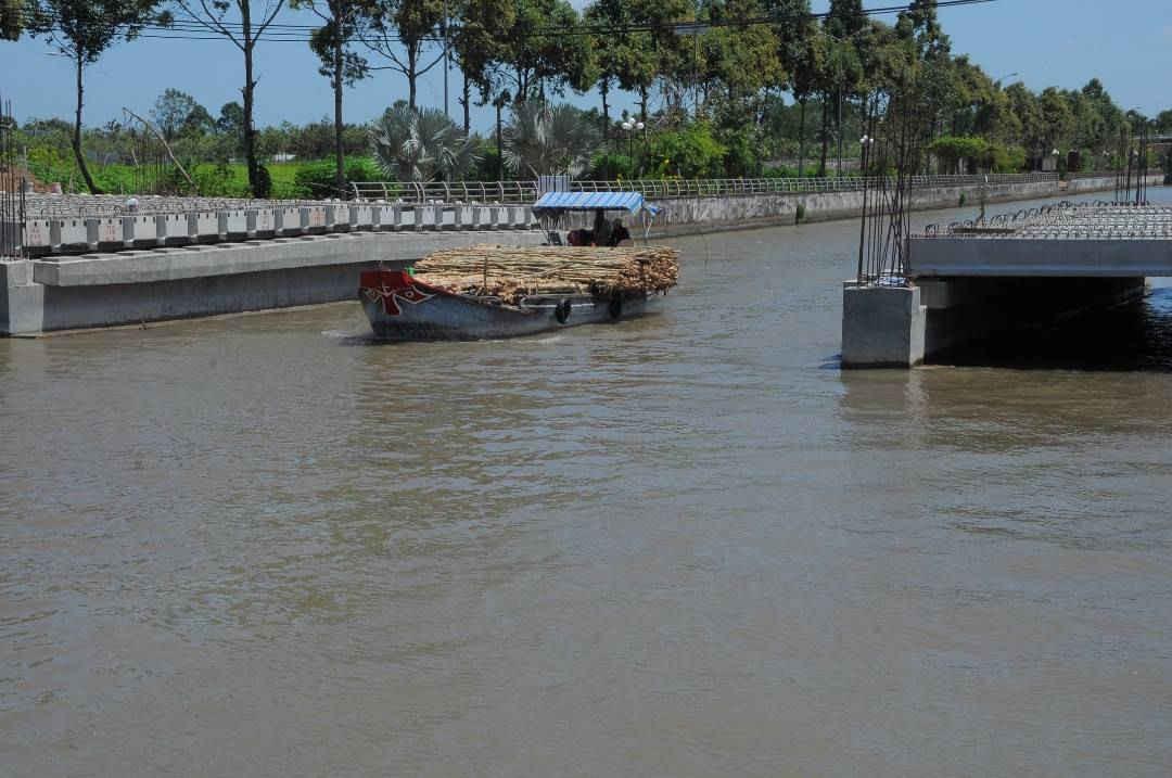 Chú thích ảnh 2 một góc cây cầu bắc qua kênhTân Hiệp đang được thi công