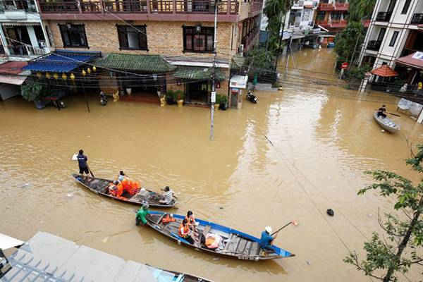 Phố cổ Hội An bị lụt do ảnh hưởng của bão Damrey (Ảnh: Reuters)
