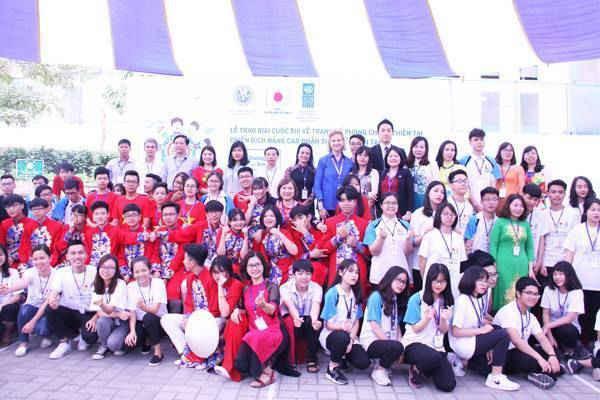 Các em học sinh, thầy, cô giáo từ các trường có học sinh đạt giải và các đại biểu chụp ảnh kỷ niệm