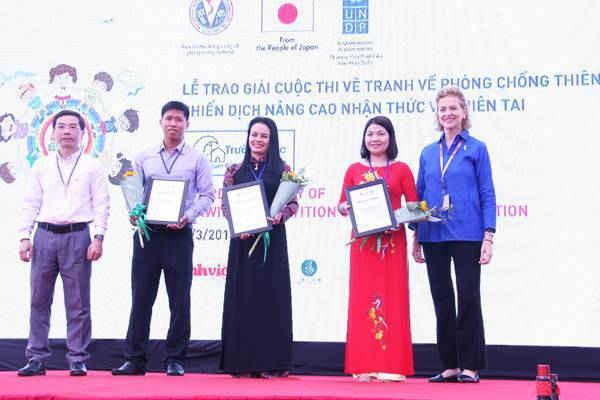 Đại diện các trường học có các em học sinh đạt giải nhất, nhì, ba từ Thừa Thiên Huế, Ninh Thuận, TP. HCM và trường THPT Cầu Giấy, Hà Nội nhận chứng nhận từ đại diện BTC