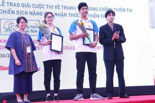 Đại diện các Sở và trường của Thừa Thiên Huế, Ninh Thuận và TP. HCM có các thí sinh đạt giải nhận giải thưởng thay mặt cho các thí sinh