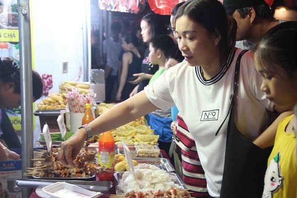 Đông đảo người dân và du khách thưởng thức các món ăn...