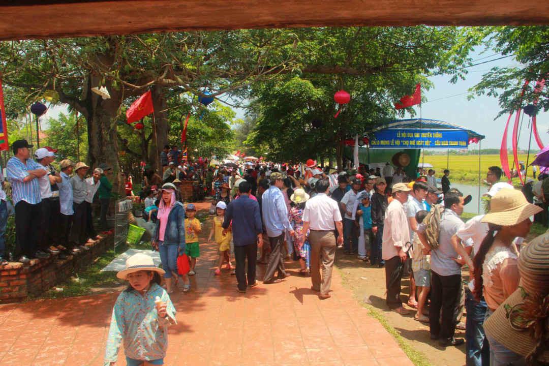 Đông đảo người dân và du khách nườm nượp đổ về cầu ngói Thanh Toàn