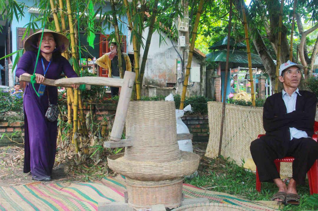 Người dân địa phương quảng diễn xây lúa bằng các nông cụ đặc trưng