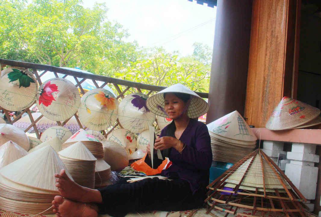 Trải nghiệm nghề chằm nón lá xứ Huế
