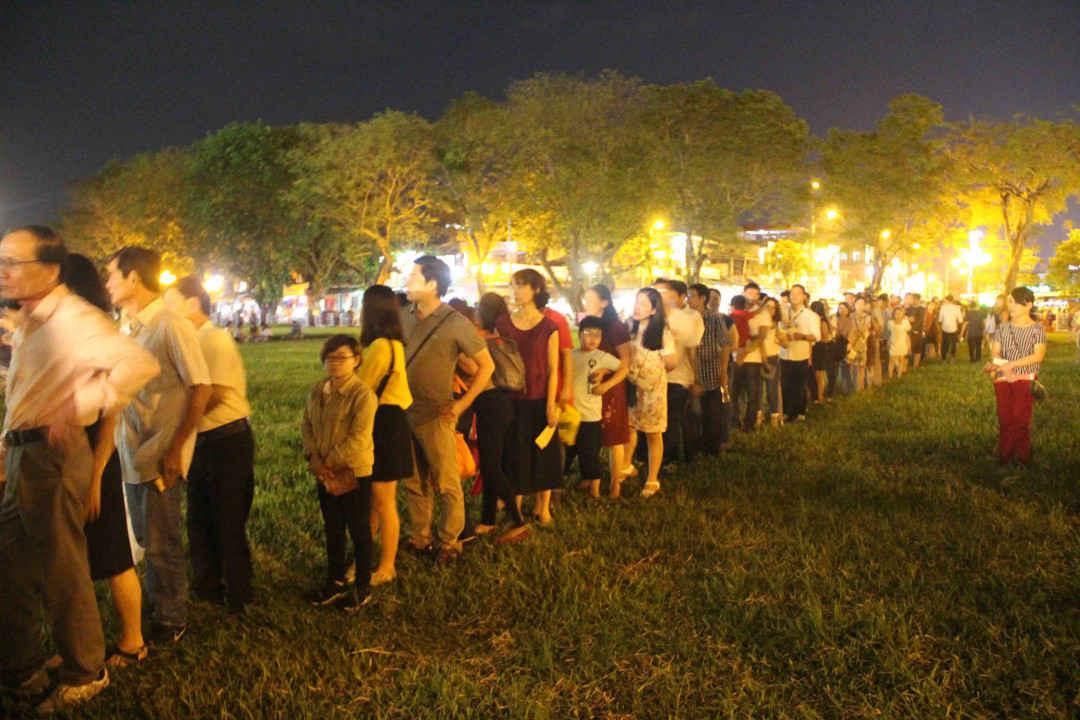 Người dân và du khách xếp hàng để được vào xem đêm nhạc