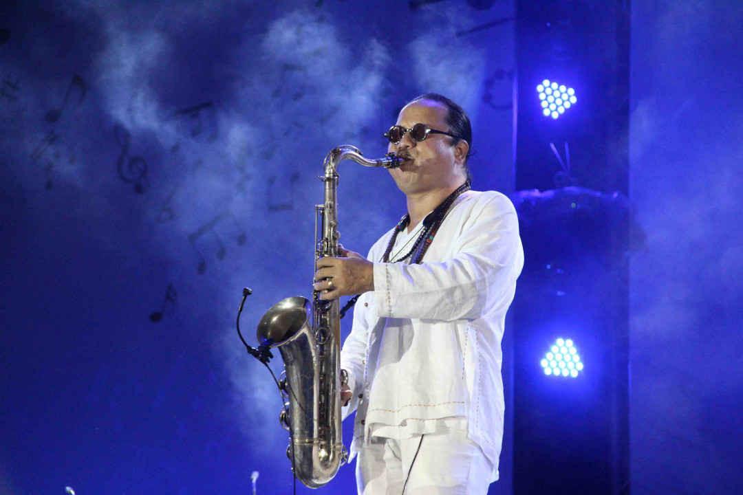 """Nghệ sĩ Saxophonists Trần Mạnh Tuấn mở đầu đêm nhạc với ca khúc """"Một coi đi về"""""""