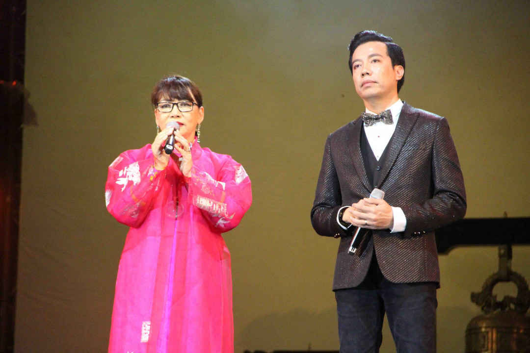 Ca sĩ Trịnh Vĩnh Trinh (áo hồng) chia sẻ những cảm xúc về người anh của mình