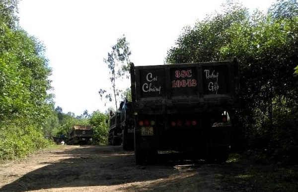 Xe tải nối đuôi nhau chờ lấy đất ở xã Gia Hanh vào sáng 1/5