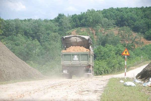 Xe chở đất bất chấp pháp luật gây ô nhiễm môi trường, đe dọa an toàn giao thông