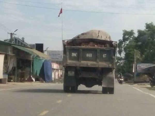 Tình trạng hai bên đường bị lấy trộm đất như thế này diễn ra chi chít hai bên tuyến đường 70 của Can Lộc
