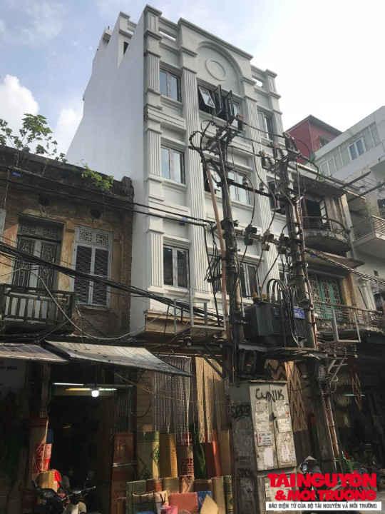 Công trình 89 Hàng Chiếu 6 tầng 1 tum có chiều cao vượt trội so với các công trình liền kề