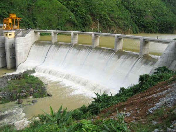 Hồ chứa đập thủy điện ảnh hưởng rất lớn đến đời sống nhân dân khu vực lòng hồ và vùng hạ lưu.