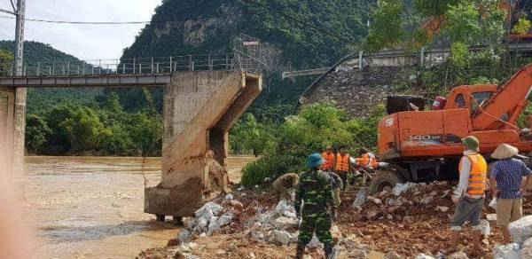 Cầu Chôm Lôm (huyện Con Cuông) bị trôi phần mố