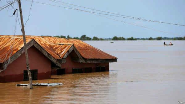 Ngôi nhà bị ngập nước một phần trong vùng nước lũ tại thành phố Lokoja, bang Kogi, Nigeria vào ngày 17/9/2018. Ảnh: Afolabi Sotunde