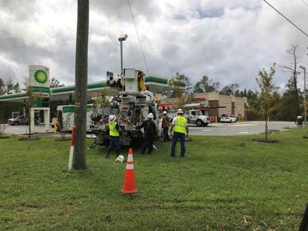 Công ty Điện lực lớn nhất nước Mỹ - Duke Energycố gắng khôi phục sự cố mất điện ở Rocky Point, Bắc Carolina, Mỹ vào ngày 17/9/2018. Ảnh: Ernest Scheydar