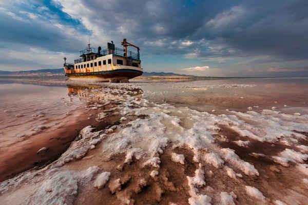 End Floating của Saeed Mohammadzadeh, người Iran, nhiếp ảnh gia môi trường chiến thắng giảiCiwem năm2018. Hình ảnh tuyệt đẹp này cho thấy một con tàu án ngữ trong khu vực dày đặc muối ở Hồ Urmia ở Iran. BĐKH đang làm gia tăng hạn hán, làm tăng tốc độ bay hơi trong nước. Hồ cũng đang chịu tác động của các giếng bất hợp pháp và sự gia tăng của các đập và các công trình thủy lợi làm cho nó bị co lại. Các cơn bão bụi độc hại và mặn thổi vào mắt, da và phổi của người dân ở các khu vực xung quanh. Dòng sông khô cạn cũng phá hủy môi trường sống của địa phương. Với độ mặn lớn là 340g /lít, hồ nước này mặn hơn 8 lần so với nước biển