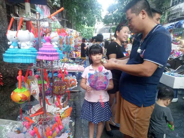 Trẻ em vô cùng thích thú khi được bố mẹ đi mua sắm các loại đồ chơi mà các em yêu thích