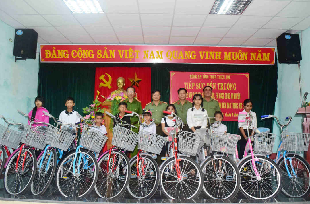 Công an Thừa Thiên Huế tặng xe đạp cho các em học sinh nghèo dịp Tết Trung thu