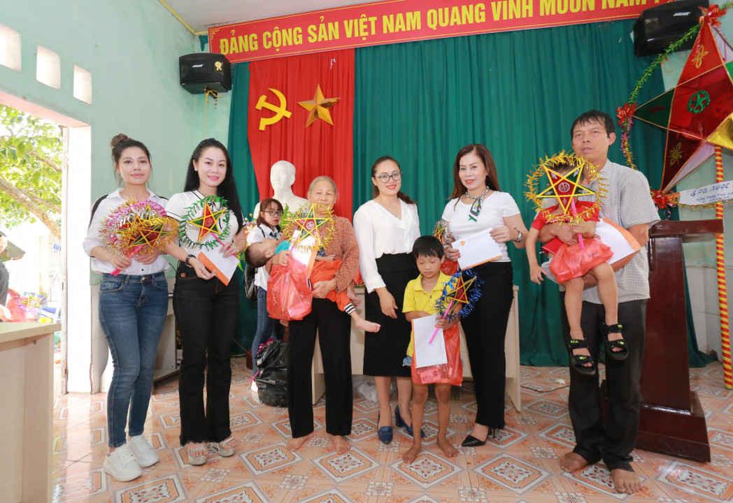 Các doanh nhân Hoàng Liên - Lan Phương - Thanh Hoa - Lan Hương trao quà cho trẻ khuyết tật tại huyện Thuận Thành, Bắc Ninh