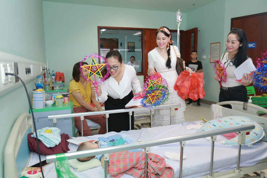 Doanh nhân Hoàng Liên - Thanh Hoa - Thanh Phương trao quà tại BV Nhi Trung ương.