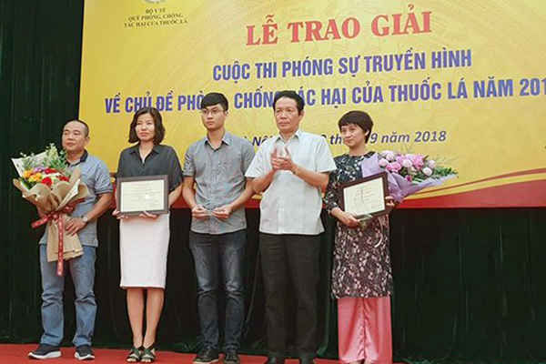 Thứ trưởng Bộ Thông tin và Truyền thông Hoàng Vĩnh Bảo trao giải nhất cho nhóm tác giả