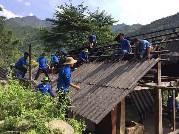Huyện Mù Cang Chải giúp người dân dựng nhà và di chuyển đồ dùng tới nơi an toàn