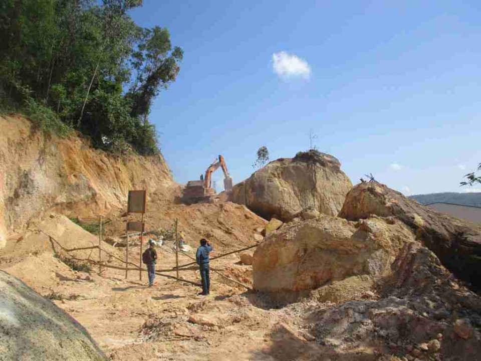 Hiện trường hoạt động khai thác đá tại diện tích phần mở rộng nhà máy Công ty TNHH Nông Trại Xanh sáng ngày 18/10/2018