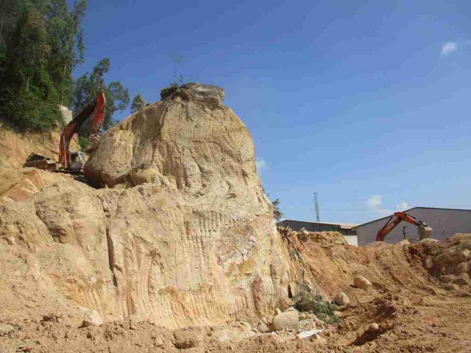 Những khối đá lớn có giá trị kinh tế cao tại núi Hòn Chà đang bị Công ty TNHH Nông Trại Xanh khai thác