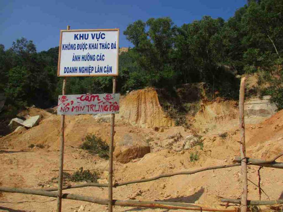 Công ty TNHH XNK Tân Việt Hàn cắm bảng yêu cầu Công ty TNHH Nông Trại Xanh không được khai thác đá