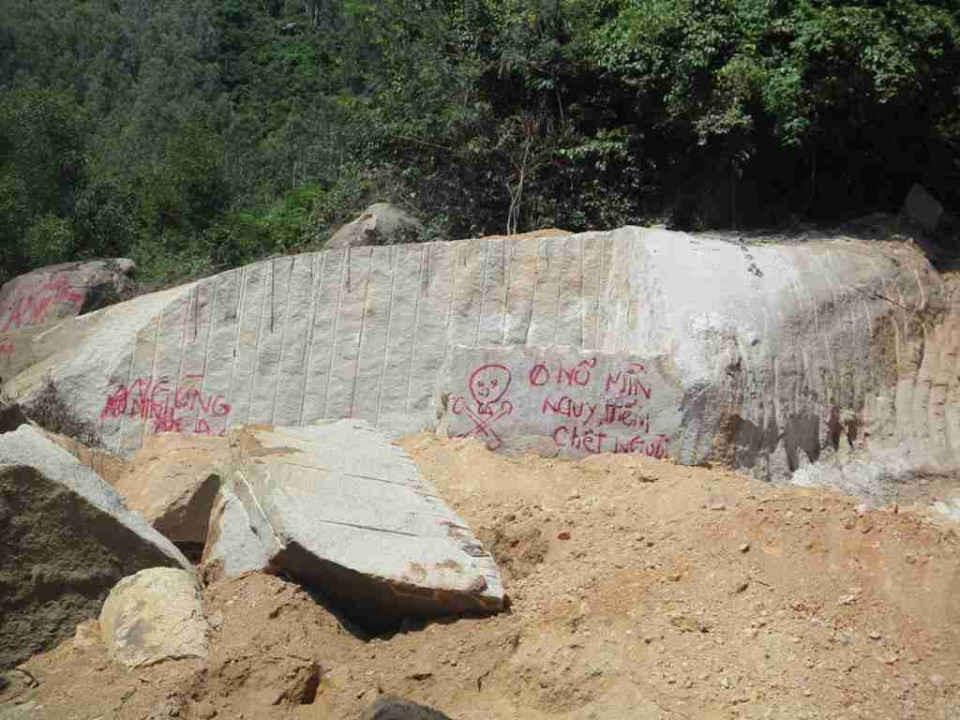 Theo phản ánh của Công ty TNHH XNK Tân Việt Hàn thì Công ty TNHH Nông Trại Xanh có dùng vật liệu nổ để phá đá làm ảnh hưởng hoạt động sản xuất và tính mạng người lao động của công ty