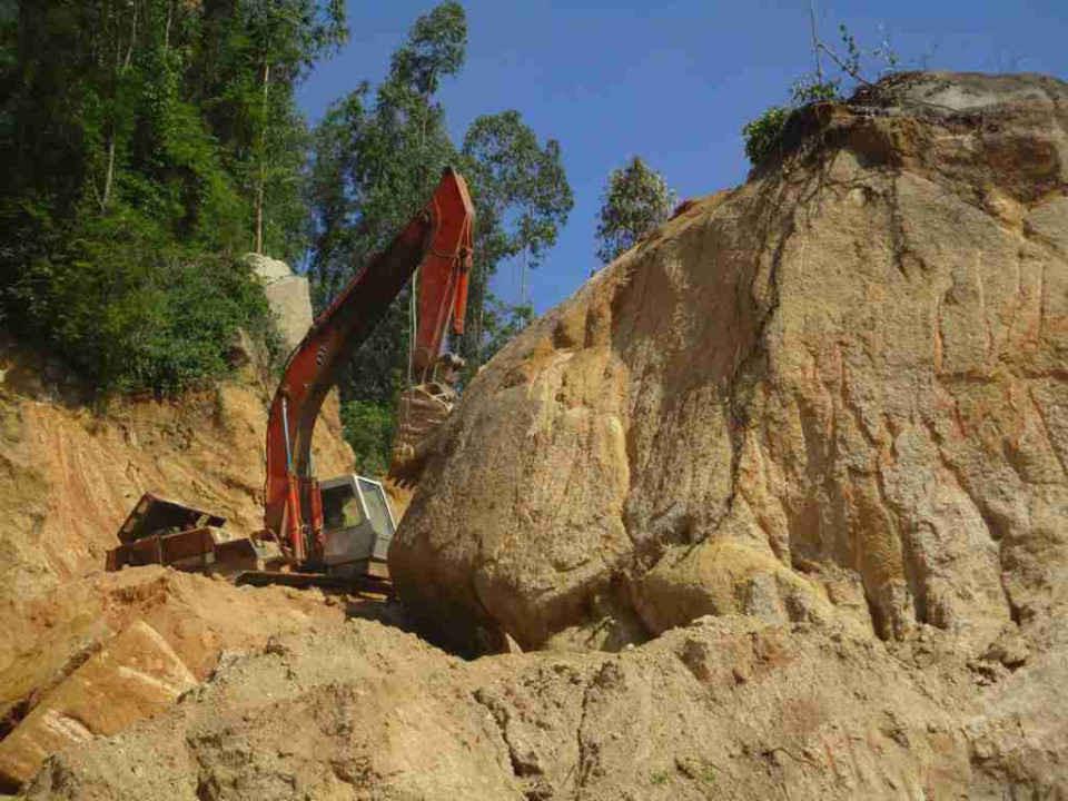Cận cảnh khối đá lớn bị khai thác trái phép
