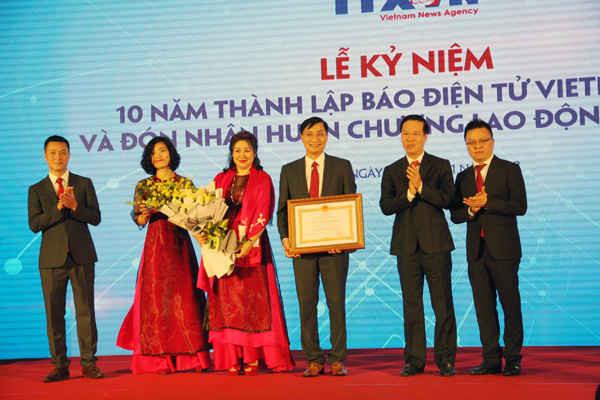 Ông Võ Văn Thường, Ủy viên Bộ Chính trị, Bí thư Trung ương Đảng, Trưởng Ban Tuyên giáo Trung ương tặng thưởng Huân chương Lao động hạng Nhì cho Báo điện tử VietnamPlus (TTXVN)