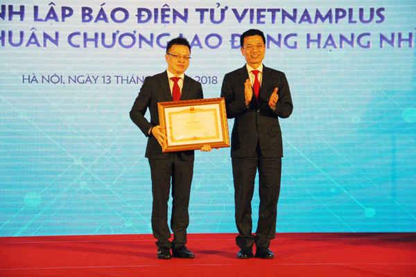 Ông Lê Quốc Minh, Phó Tổng giám đốc TTXVN vinh dự nhận Bằng khen của Thủ tướng Chính phủ vì đã có thành tích trong công tác từ năm 2013 – 2017, góp phần vào sự nghiệp xây dựng chủ nghĩa xã hội và bảo vệ tổ quốc