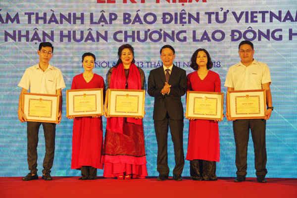 Các tập thể và cá nhân của báo điện tử VietnamPlus nhận Bằng khen của Tổng giám đốc TTXVN vì đã có thành tích xuất sắc trong công tác giai đoạn 2014 - 2018