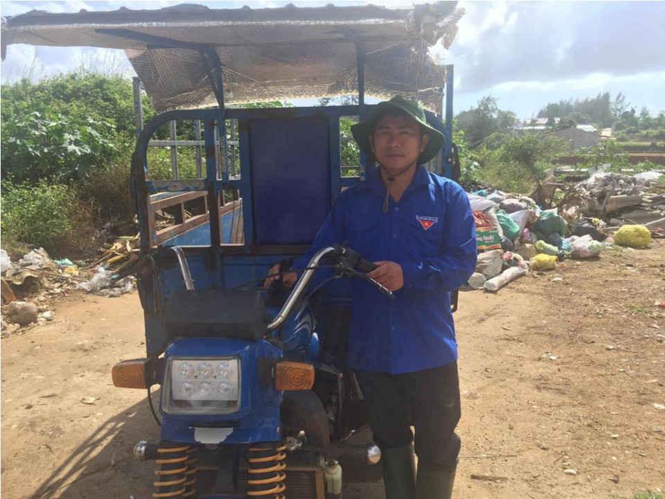 Anh Nguyễn Văn Mỹ- Phó Bí thư Đoàn Thanh niên xã Bình Hải đang đi thu gom rác thải trên địa bàn thôn An Cường