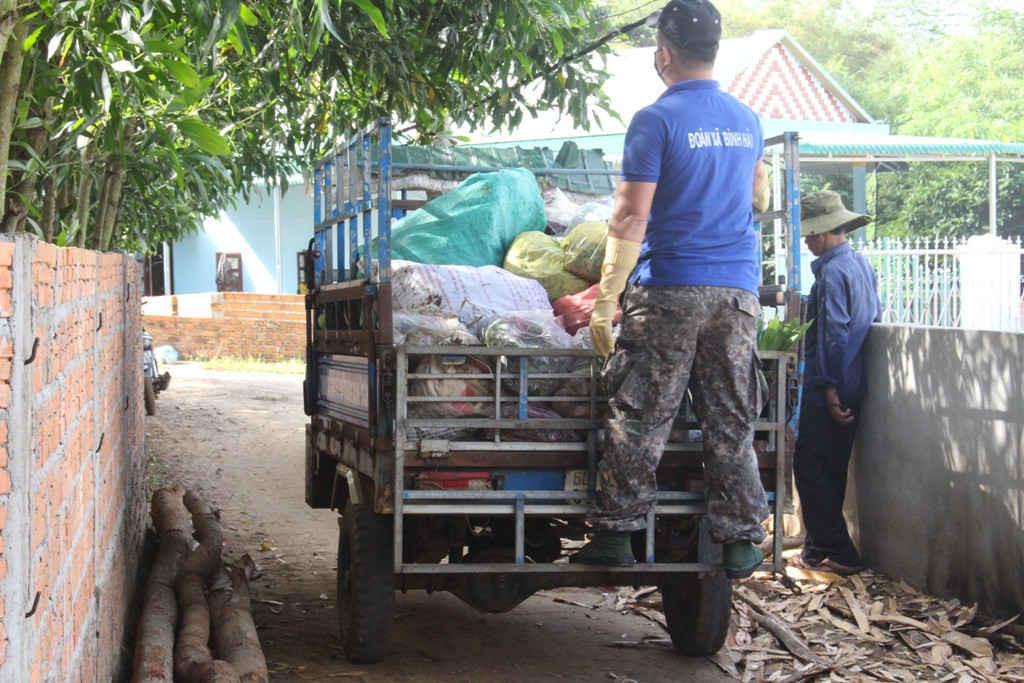 Đề án thu gom rác thải sinh hoạt cho người dân tại xã Bình Hải được bà con hưởng ứng rất đông, nhiệt tình