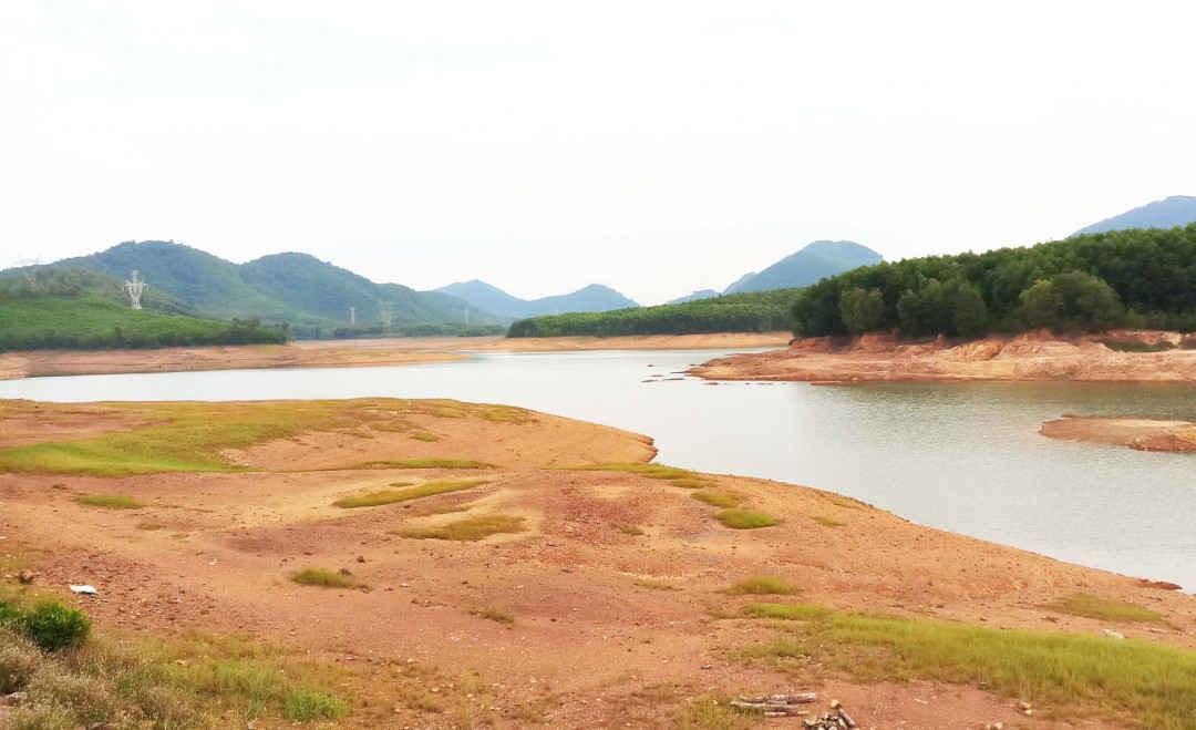 Lượng mưa ít, nắng kéo dài khiến nhiều hồ đập tại Huế gần bằng mức chết, trong ảnh là hồ Thọ Sơn (thị xã Hương Trà)