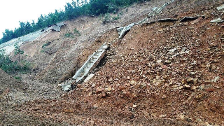 Hệ thống taluy dương bị hư hại nặng sau mưa chưa được khắc phục
