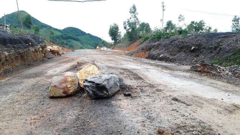 Nhiều tảng đá tràn xuống mặt đường cao tốc chưa được dọn dẹp