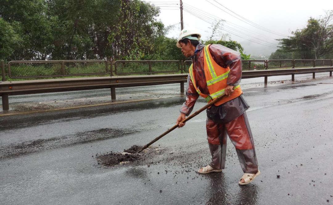 Các công nhân sửa chữa đường một cách tạm thời…