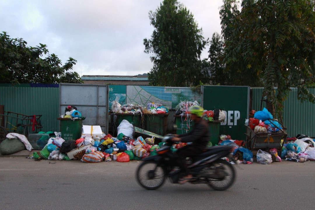 """Ông Võ Minh Đức- Tổng Giám đốc Công ty CP Môi trường đô thị Đà Nẵng, xác nhận: """"Do người dân chặn xe cả 2 ngày nay khiến cả thành phố đang tồn đọng hơn 1.000 tấn"""""""