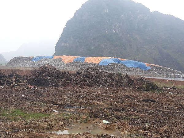 Bãi rác đổ lộ thiên chứ không được chôn lấp hợp vệ sinh như đã hứa với người dân.