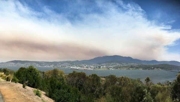 Khói từ một đám cháy rừng ở khu vực Di sản Thế giới hoang dã ở phía Tây Nam Tasmania bay trên Hobart, Tasmania, Australia vào ngày 4/1/2019. Ảnh: Ethan James