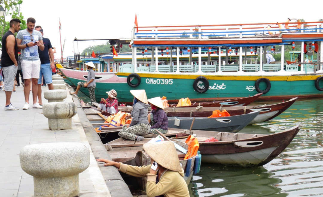 Các hộ kinh doanh vận tải du lịch trên sông, phải bố trí các thùng rác và phân loại rác ngay trên thuyền