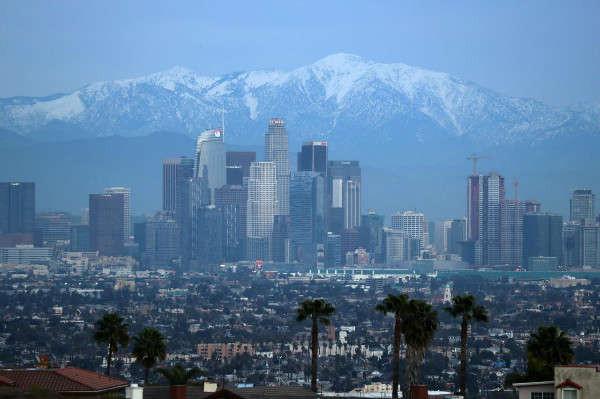 Những ngọn núi phủ đầy tuyết phía sau đường chân trời trung tâm thành phố Los Angeles, California, Mỹ vào ngày 12/2/2019. Ảnh: Reuters / Lucy Nicholson