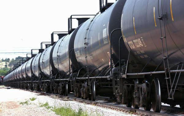 Một đoàn tàu dầu thô di chuyển qua giá tải tại cơ sở bốc xếp của Eighty-Eight Oil LLC ở Ft. Laramie, Wyoming vào ngày 15/7/2014. Ảnh: Rick Wilking