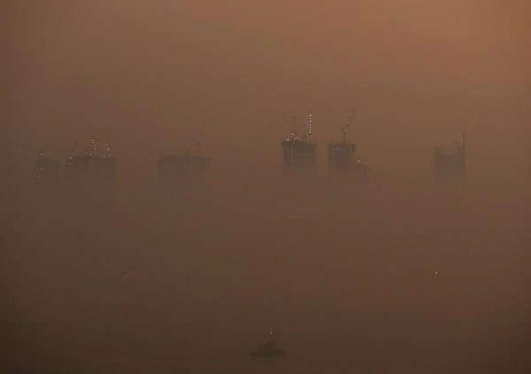 Toàn cảnh các tòa nhà cao tầng bị che phủ bởi sương khói trong một buổi tối ở Mumbai, Ấn Độ vào ngày 18/1/2019. Ảnh: Francis Mascarenhas